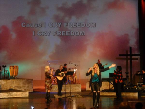 singing-i-cry-freedom